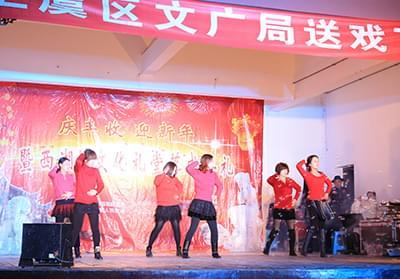 2014年元宵节公司排舞队在丰惠西湖村演出《爱你就把我来追》